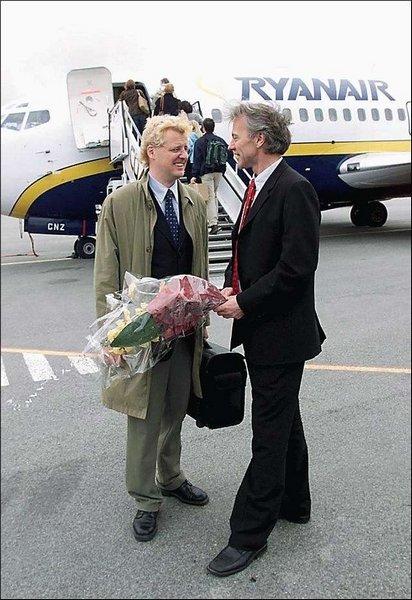 VELKOMMEN: Odd Erik Salvesen, daglig leder i Lufthavnutvikling Vest-Norge, ønsket Reidar Svedahl, salgssjef i Ryanair i Skandinavia, velkommen til Helganes.