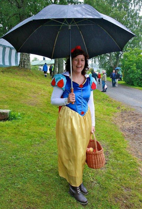 """Hanne """"Snehvit"""" Settevik med paraply og støvler. - Ikke noe annet som nytter i dag, smilte den blide prinsessen."""