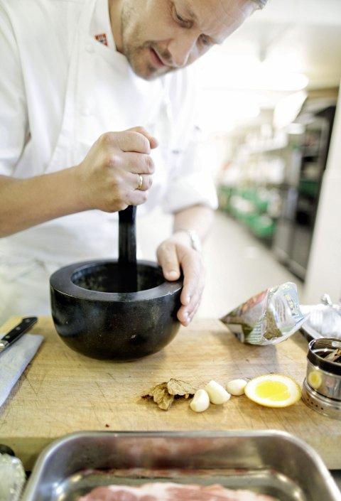 Når du knuser de hele krydderne selv, får du maks smak ut av dem.