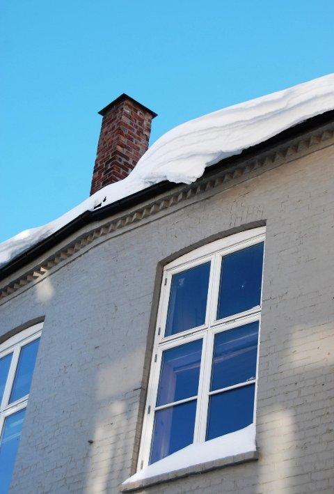 Snøen ligger tung på mange tak og lite skal til før den tipper over.