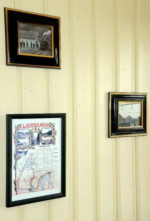 På veggene henger det gamle bilder og reklameplakater med togforbindelser.