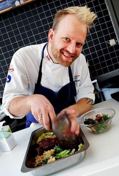 """CHEF: Tom-Victor Gausdal er kokk og medeier av catering-kokkekollektivet <a href=""""http://www.flavours.no"""" target=""""_new"""">Flavours</a>. Kåret til verdens nest beste kokk i 2005 og 2008. Mangeårig deltaker på Det Norske Kokkelandslaget og forfatter av en rekke kokebøker."""
