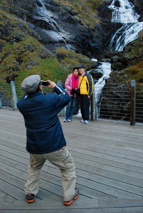 Ved Kjosfossen går alle turistene av toget for å bli fotografert. Etter fotopausen fortsetter Flåmsbana – som heldigvis har fem bremsesystemer, og ikke tre som andre tog – langsomt ned mot Flåm.