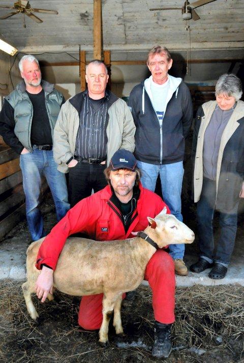 EN FOR ALLE, ALLE FOR EN: Medlemmer i Raufjellet og Skramsatdsetra beitelag. Foran Morten Harald Østby, bak fra venstre Geir Søgaard, Kjell Wilhelmsen, Inge og Britt Bekkelund.