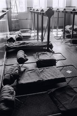 Pakistanere blir innkvartert på Majorstua skole juli 1971. Dette bildet ble starten på en bok for forfatter og journalist Mahmona Khan. Foto: Privat