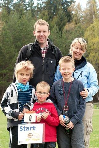 Casper Murtad Lien (f.v.) og brødrene Fredrik og Andreas syntes det var gøy med en orienteringdag. Også Gunnar og Cathrine Manum lærte mer om kart og kompass.