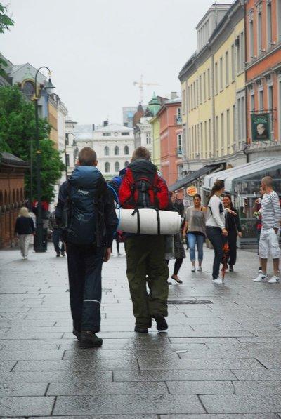 650 MIL: Vemund og Håkon startet med å gå til Nesodden før de tok ferga til Oslo. Her er guttene på vei opp Karl Johan i retning slottet. FOTO: PRIVAT.