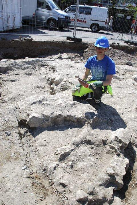 Arkeolog Regin Meyer, NIKU, fant to av brakteatene i Mariakirken.  Foto: Morten Børsum