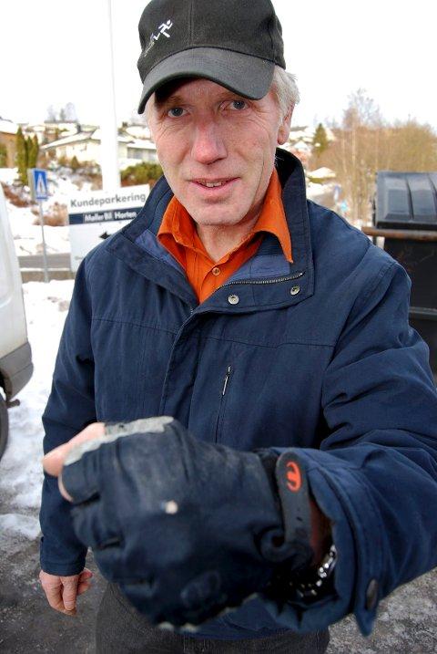 Jan Olav Haukemyr forteller at en buss sneiet ham så han fikk hull på hansken og skrubbsår på armen da han syklet langs Hortensveien. Heldigvis veltet han ikke på sykkelen.