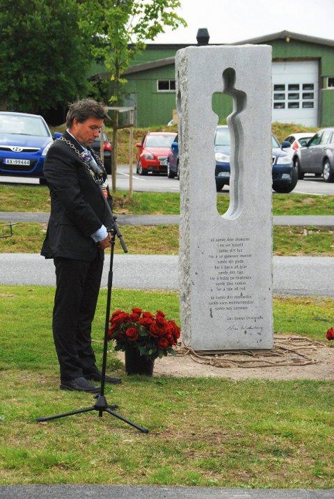 22. juli 2012. Ordfører John Ødbehr ved minnemarkeringen og avdukingen av minnesmerket laget av Nico Widerberg på Vestby videregående skole