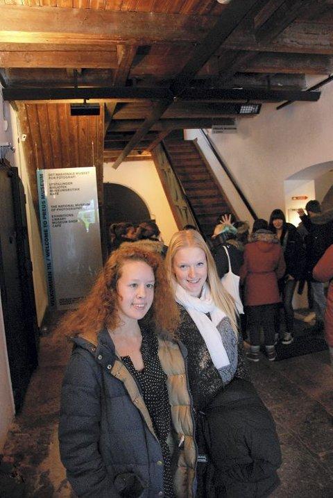 – KJEMPEGØY: Line Bjørklund Wesenberg (foran) fra Eik og Signe Berg fra Nøtterøy er inspirert av erfaringen med fremkalling.  Foto: Claudio Mariconda