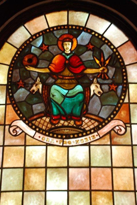 """ORA PRO NOBIS: """"Be for oss"""" står det i det flotte mosaikkvinduet med bilde av St. Hallvard – helgenen fra Lier."""