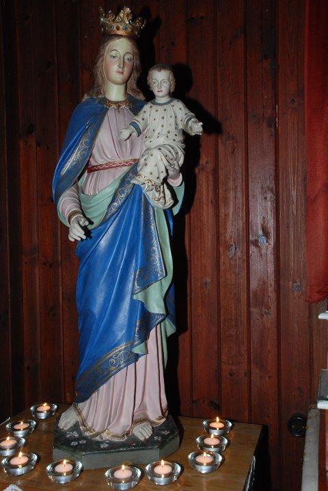 MADONNA: Den høyreiste og flotte skulpturen av Maria med Jesusbarnet troner ved siden av alteret i kapellet på Villa St. Hallvard.