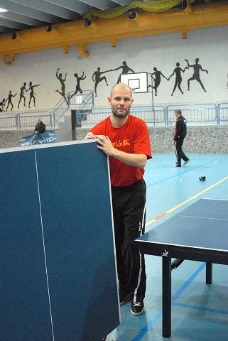 JORDNÆR VINNER. Istvan Moldovan har spilt på landslaget og profesjonelt i tre land. Likevel tar han på seg ryddejobben uten protester. FOTO: PER ABRAHAM GRENNÆS