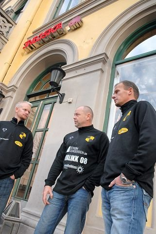 GIKK PÅ BØRS. Stiftelsesmøtet for Åskollen FK var i selskapslokalene til gamle Børsen, nå er det klesbutikk her. Johnny Solberg (i midten) var en av tre grunnleggere, siden har Leif Helge Nordahl (t.v.) og Jarle Finnestrand tatt arven videre.   FOTO: PER ABRAHAM GRENNÆS