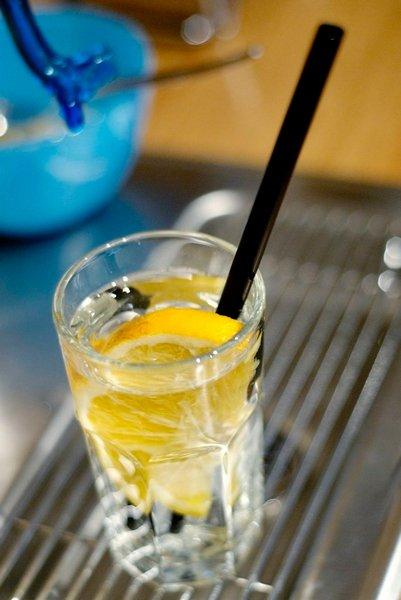 GODT VANN: Springvann blir ekstra fristende med en skive sitrusfrukt.