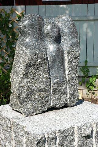 """DIALOG: Skulpturen """"Dialog"""" av Anne-Lise Toverud formidler en familie som snakker sammen. Foto: Annette Grasmo Bergman"""