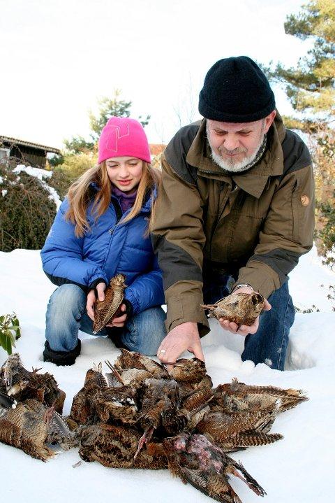 Arne Vatten og barnebarnet Emilie Vatten Blokhus (10) har funnet store mengder døde rugder.
