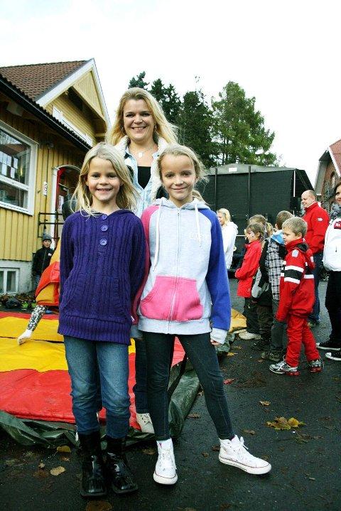 ARRANGØR: – Jeg er kjempefornøyd med Barnas verdensdag, sier Ellen Sibe Kråkenes. Her sammen med datteren Helene (t.h.) som står ved siden av venninnen Anniken Hopøy. Foto: Lise Rafaelsen