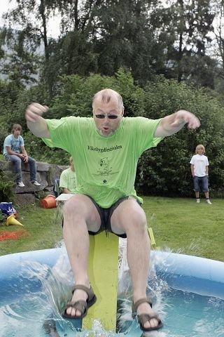 <b>I VANNET: </b>Informasjonsansvarlig Rune Hetland fikk seg mer enn en tur i vannet, til stor glede for tilskuerne.