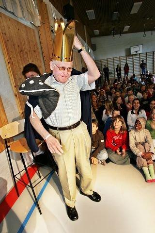 Under den siste arbeidsdagen organiserte skolens elever en egen fest for fikk Mr. Trosvik, Per Krafft.  BEGGE FOTO: KENT INGE OLSEN