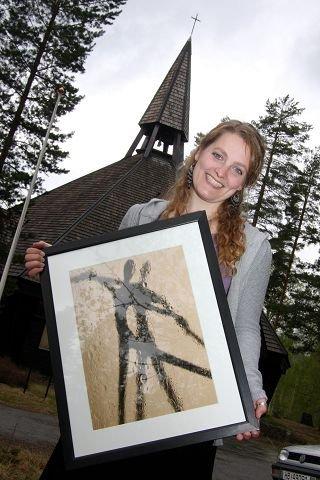 """<B>Stiller ut. </B>Trine Kvalnes fra Skotselv med bildet """"Dancing"""" som er et av de 18 bildene hun stiller ut i Olavskirken. (Foto: Unni Tobiassen Lie)."""
