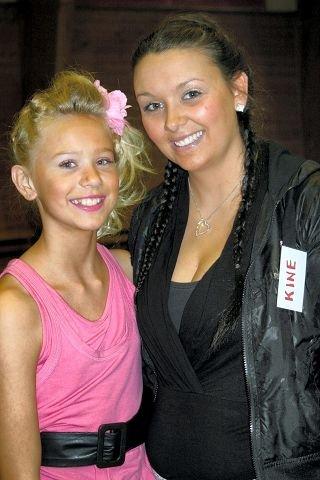 """HEDRET. Josefine Frida Pettersen (11) ble """"Prestfossmester våren 2007"""". Det visste hun ikke da instruktør Kine Kjernslie ønsket henne velkommen.  FOTO: ELI BONDLID"""