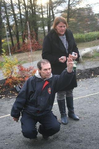 Oddvar Karlsen fra Myrvoll, nordisk mester fra 1986 og 1987, demonstrerer super teknikk for ordfører Ildri Eidem Løvaas. FOTO: TOM ULLSGÅRD