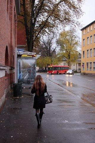 Ikke alle sjåfører har fått med seg at bussene skal stoppe i Strandgata. Foto: Simen Sundsbø