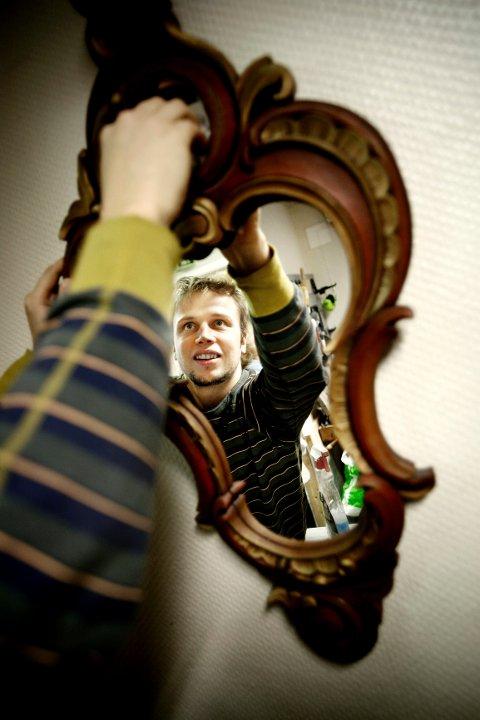 – Speilramme i akantusrokokkostil er bondeaktig og passer godt på hytta, mener treskjærer Christo Andresen-Ots