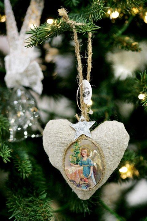Med julehjerter av naturfarget lin og grov tråd får du en mer naturpreget stil på treet enn med julekurver av farget glanspapir.
