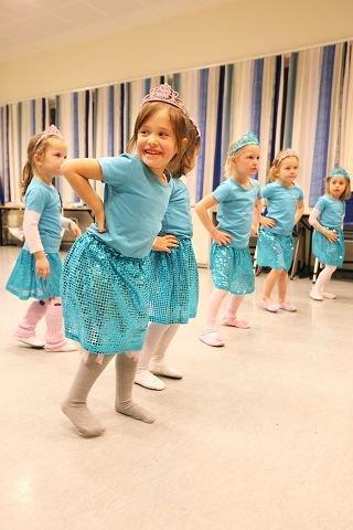 Med tiara og fine blå kostymer øver Milla (4), Daniella (4), Eira (5), Linnea (5) og Sofie (4) på forestillingen.