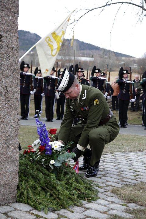 Krans: Gardesjef Oblt. Søbstad legger ned krans på bautaen for å minnes de som døde i området tidlig i krigen. Vea leverer kransen.