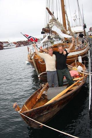 MARATONTUR: Axel Bjørklid (t.v.) og Rolf-Erik Poppe ror fra Nordkapp til Lindesnes. – Vi har opplevd veldig mye variert og fin natur, sier de to. FOTO: KÅRE KOMPELIEN