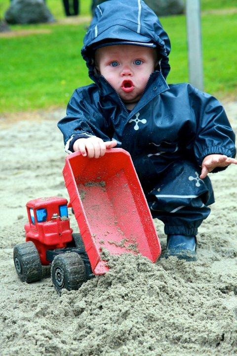 - Nå tømmer jeg lasteplanet! Brage Høymork (1) i full vigør i sandkassen.