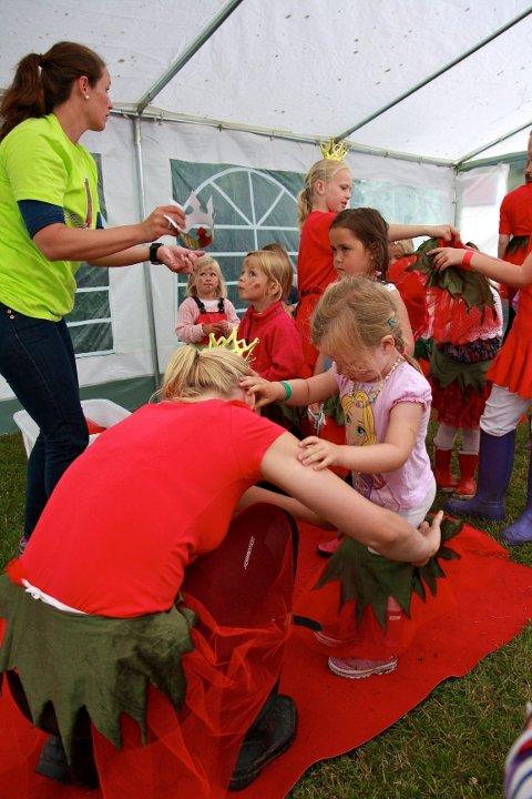 Hektisk aktivitet i påkledningsrommet før undervisningen på prinsesseskolen skal starte.