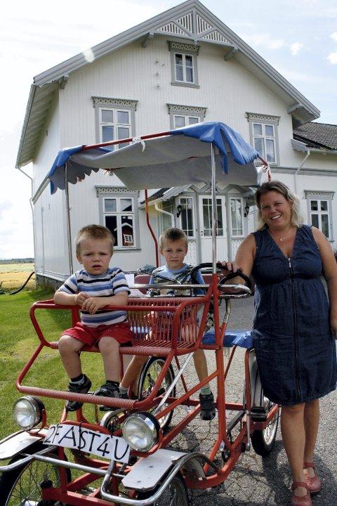 FØRSTE GANG: Linda Skarateppen Jerke fra Grue hadde med seg barna Marius og Sigurd på gardtassing for første gang, her ved Bryggerhuset på Austvang.