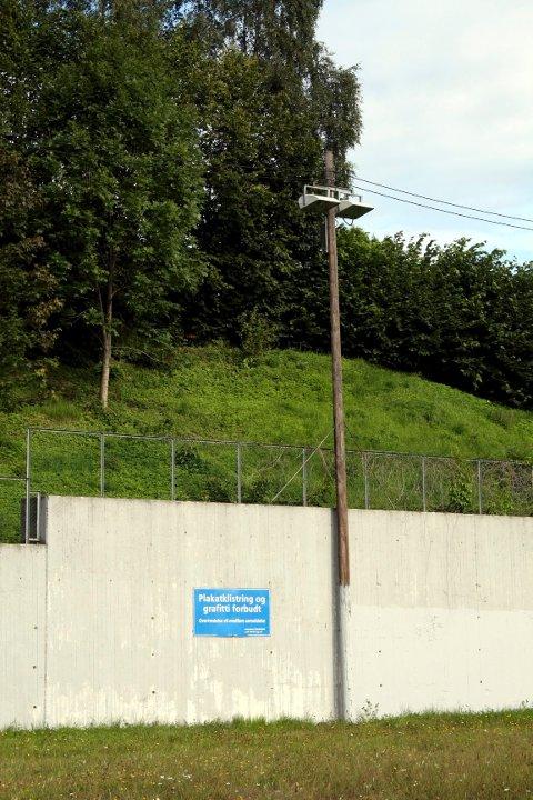 Grå betong, med skilt om graffitiforbud.