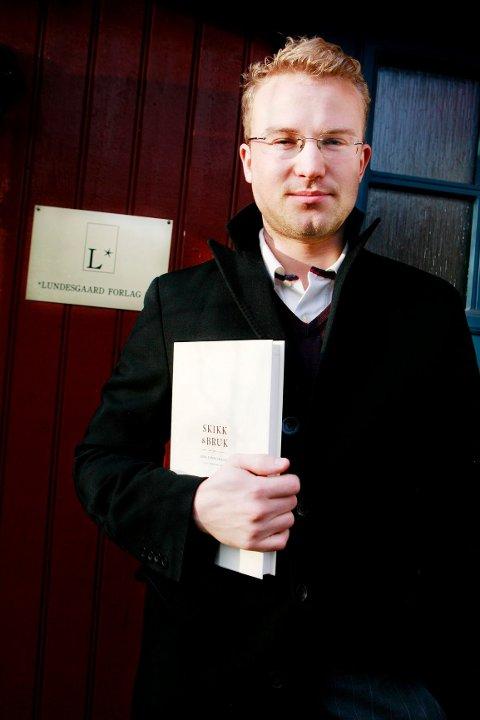 KJØPTE EGEN BOK: Erik Lundesgaard etablerte forlag etter å ha kjøpt tilbake rettighetene til sin egen bok, «Skikk og bruk», av J.W. Cappelens Forlag i 2006. Her fotografert utenfor hjemmekontoret på Høvik. FOTO: KNUT BJERKE