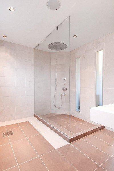 På badet er det en stor dusjnisje med såkalt «rainfall» fra taket.