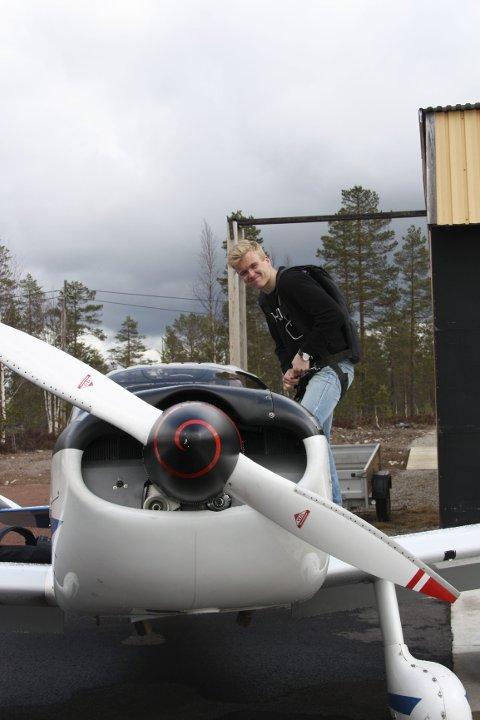 TRENER: Gudmund Lille-Mæhlum fra Melhus spenner på seg fallskjermen før han skal opp i lufta