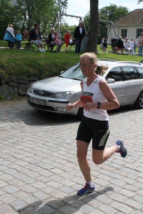 Synøve Brox var først kvinne over mål i historiens først Glommaløp. Hun er moren til vinneren Håkon Brox, og passere på 1.10.10.