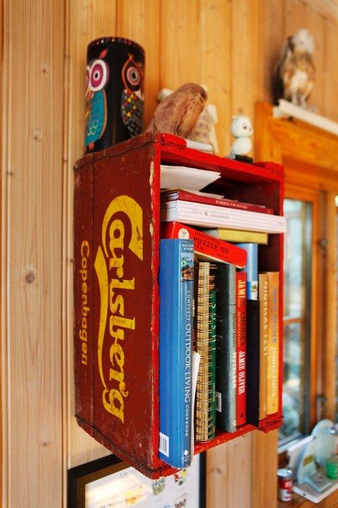 Fra øl til bøker: Den gamle Carlsbergkassen fant Karoline på et loppemarked i Danmark. Da hun kjøpte den ante hun ikke hva den skulle brukes til, foruten at hun bare måtte ha den. Nå tjener den bøkene.
