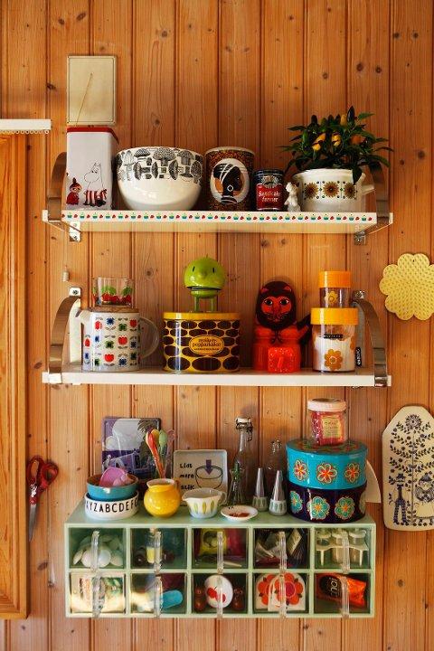 Husker du: Krydderhylla var et fast innslag på de fleste norske kjøkken på 50-, 60- og 70-tallet. Hyllen med plastikk skuffene fant Karoline på et loppemarked og endret fargen til turkis. Karoline har god kontroll over hvor tingene hører hjemme.