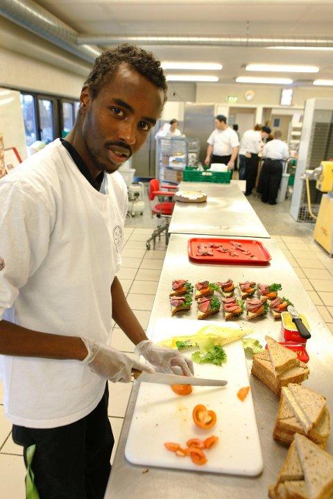 SMØR, KUTT OG PYNT: Sammen med sine kolleger har Adan laget mange snitter på Asker Produkts hovedkjøkken de to årene han har jobbet der.