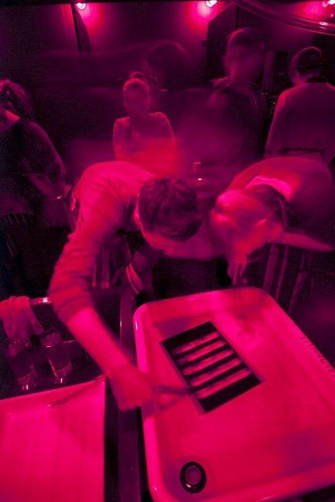 FREMKALING: Analog opplæring av elevene i fotolaben til Preus museum.Foto: Andreas Harvik