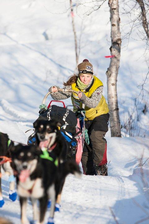 Sigrid Ekran ligger godt an til å ta sin første seier i Finnmarksløpet når det gjenstår bare 13 mil til målgangen i Alta fredag morgen.