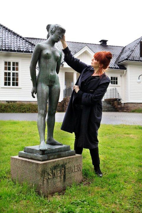 FÅR TRØST: Asker kommunes direktør for ¿strategi og samfunn, Tuss Benum, gir «Askerpiken» et trøstende klapp på hodet.¿ FOTO: KNUT BJERKE
