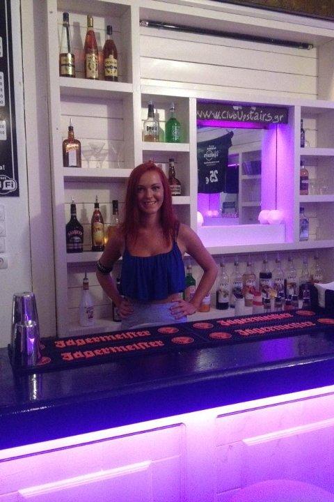GØY: Agnes Eline Mørkhagen jobber på Club Upstairs på Kos.