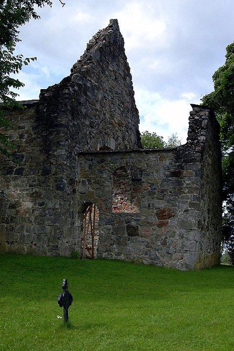 Blant kirkeruinene på Nes i Akershus kludrer spøkelsene med elektronikken. Lommelykter skal ha sluttet å virke, og låser ska ha gått opp og igjen – helt av seg selv.